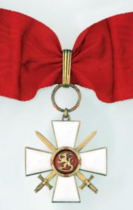 Kommendörstecknet av Finlands Lejons orden med svärd.