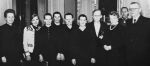Presidentti Paasikivi 1946 ensimmäisten palkittujen äitien kanssa - president Paasikivi 1946 med de de belönade mödrarna. Kuva - Bild: Väestöliitto - Befolkningsförbundet