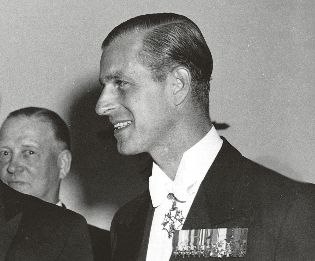 H.K.K., Edinburgin herttua, prinssi Philip kaulassaan Suomen olympialainen I luokan ansioristi. Kuva: Urho Kekkosen arkisto